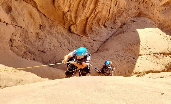 الدفاع المدني ينقذ شخصاً عالقاً على مرتفع جبلي في العقبة