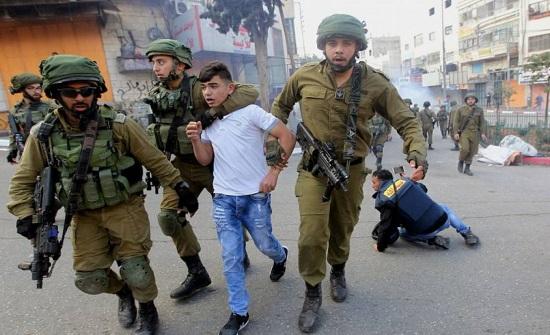 إسرائيل تنتهك أكثر من 12 اتفاقية وقرارا دوليًا وتُنكِّل بالفلسطينيين