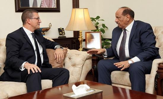 حماد للسفير المصري: تصويب اوضاع العمالة المصرية ضرورة