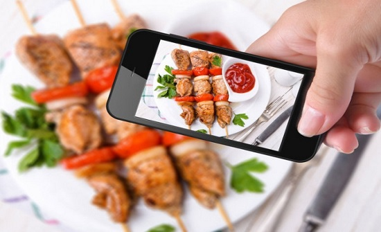 تصوير الطعام ونشره على السوشيال ميديا يسبب في زيادة وزنك
