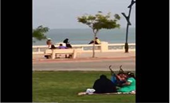 """بالفيديو : رجل يتجول """"شبه عاريًا"""" في دولة عربية"""