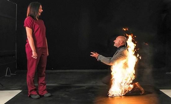 بالصور..رجل يشعل النار في نفسه لإقناع حبيبته بالزواج منه