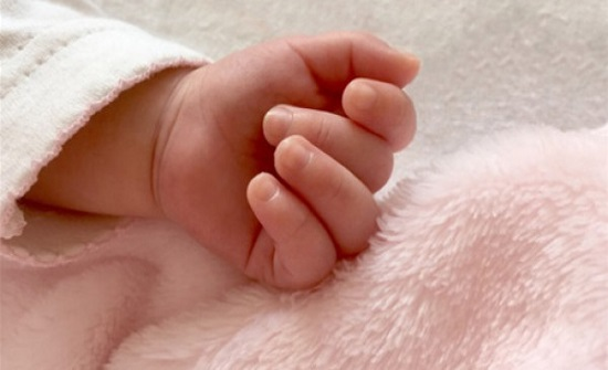 ولادة طفلة بأربع أرجل و3 أياد!.. صورة
