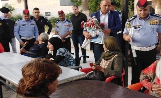 بالصور : الامن العام يقيم مادبة افطار في دار الزهراء للمسنين