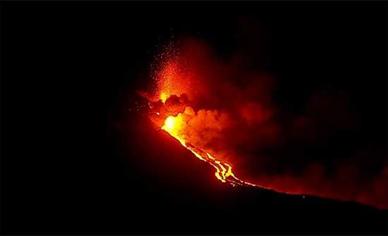 حمم بركان جزيرة لابالما تصل إلى البحر ومخاوف من انبعاثات سامّة