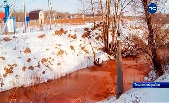 نهر روسي يتحول للون الدم -فيديو