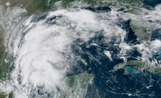 العاصفة نيكولاس تتحول إلى إعصار مع اقترابها من شواطئ مدينة هيوستن الأميركية
