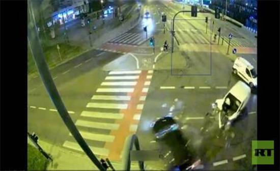 شاهد : حادث مروع يودي بحياة فتاة في بولندا