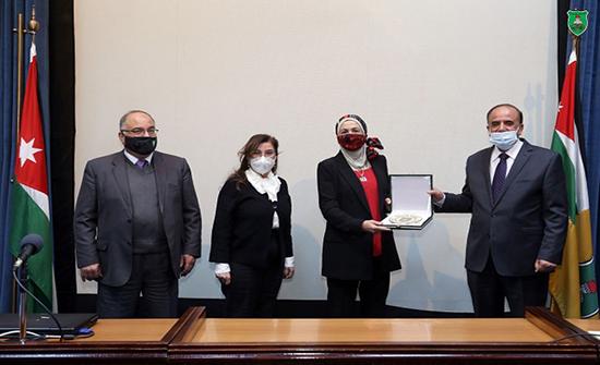 الجامعة الأردنية تكرم الدكتورة البواب الفائزة بجائزة عالمية