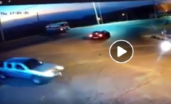 """حادث غريب .. بالفيديو : سقوط باص في """" منحدر """" بالبترا"""