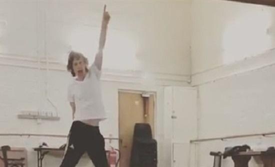 وصلة رقص لمغنٍّ بريطاني بعد عملية خطيرة في القلب