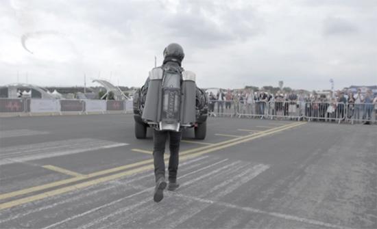 بالفيديو: تزويد أول بدلة طائرة بسلاح ناري مثير في بريطانيا