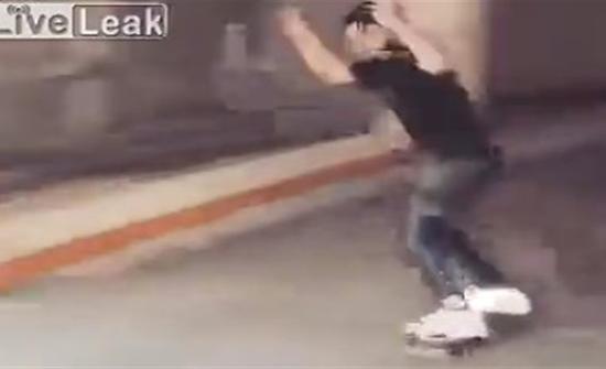 فيديو : سقوط مروع لشاب حاول استعراض مهاراته بالاسكوتر الذكي
