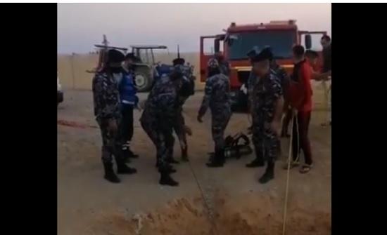 الدفاع المدني ينقذ شاباً سقط داخل بئر ماء عميق في الأزرق