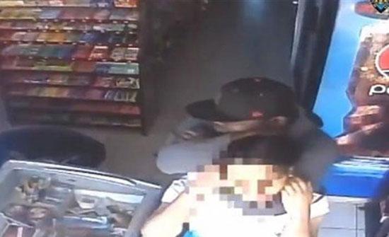 فيديو : لقطات مروعة للص يخنق بائعا أثناء سرقة سوبر ماركت