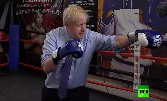 بالفيديو : جونسون يدخل حلبة النزال ويتدرب على الملاكمة استعدادا لمناظرة شرسة مع كوربين