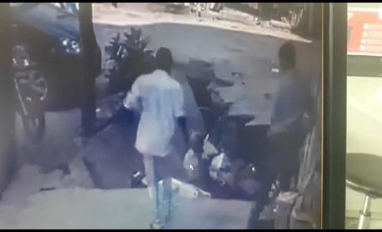 بالفيديو: الأرض تبتلع رجلين في مشهد مروع في الهند