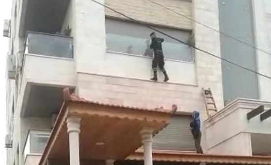 احدى دوريات النجدة تنقذ سيدة مسنة علقت في شرفة منزلها بعمان