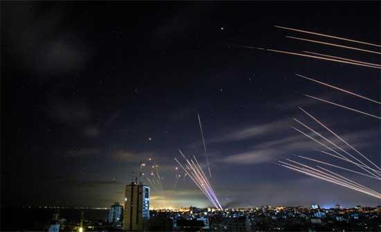 قصف صاروخي كثيف من غزة نحو تل أبيب والنقب .. بالفيديو