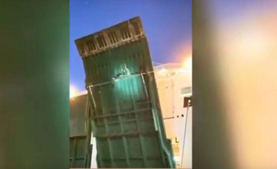 شاهد: مغاربة يحاولون التسلسل إلى إسبانيا عبر التشبث بجانب عبارة ركاب