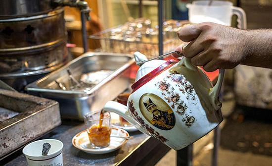 دراسة: المسنون الذين يشربون الشاي بانتظام يتمتعون ببنية دماغية أفضل
