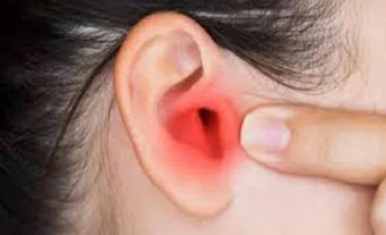 يسبب التهاب الأذن الوسطى .. كورونا يصيب حاسة السمع