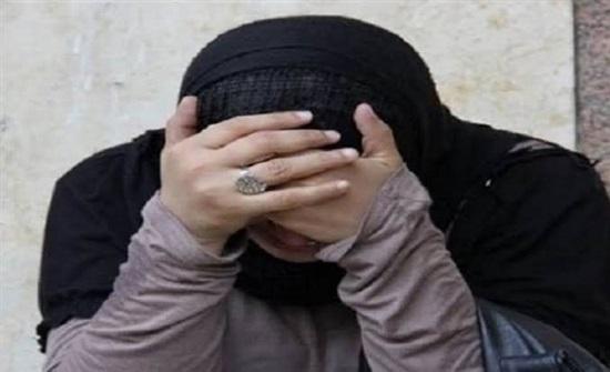 مصر : رجل يضرب زوجته عارية أمام طفلتيها