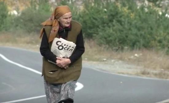 عمرها 83 سنة، تقطع 40 كيلومتراً مشياً لإيصال رسائل بريد بمنطقة جبلية