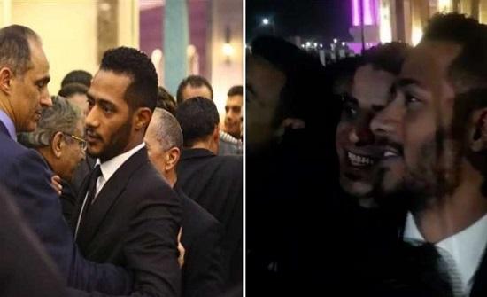 شاهدوا.. تدافع الجماهير على محمد رمضان لالتقاط السيلفي في عزاء حسني مبارك