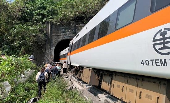مصرع العشرات إثر خروج قطار عن القضبان في نفق بتايوان