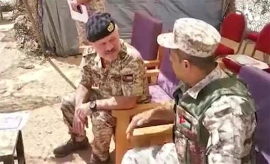بالفيديو : الملك في زيارة فجائية لكتيبة 73