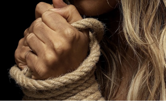 بشكل صادم : شقيقتان تعتديان على فتاة داخل مول في الكويت