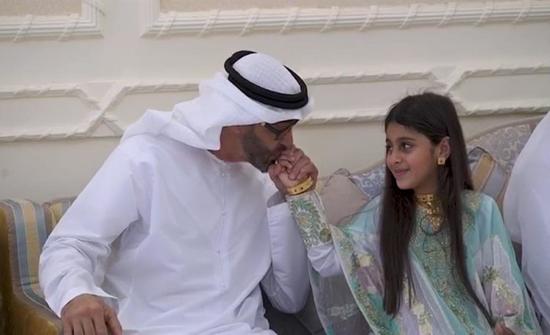 بالفيديو : لعدم تمكنها من مصافحته سابقاً.. محمد بن زايد يزور طفلة بمنزلها ويقبل يدها
