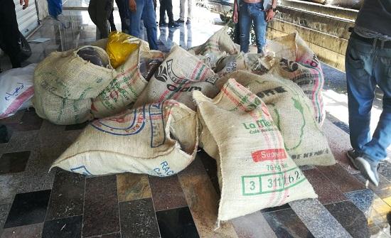 بالصور : الجمارك تضبط مستودعاً للقهوة والهيل المهرب في اربد
