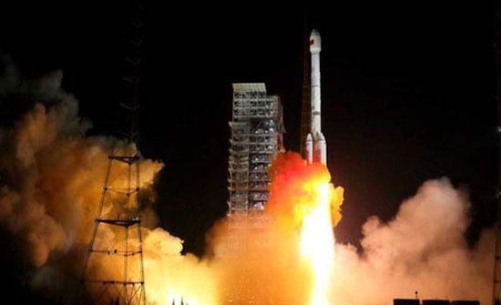 الصين تطلق قمرين صناعيين إلى الفضاء
