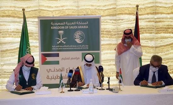 السفير السعودي يسلم آليات للدفاع المدني الفلسطيني