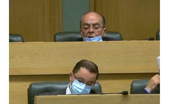 """وزير يغفو خلال جلسة مناقشة """"الثقة"""""""