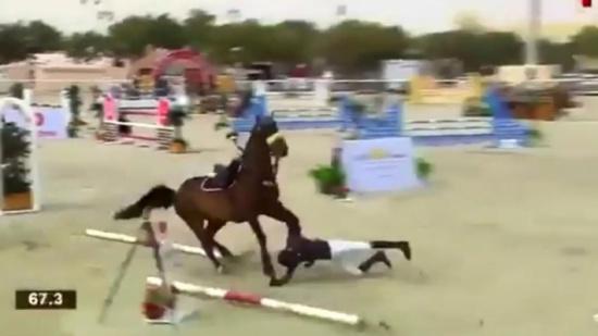 بالفيديو.. مشهد مؤثر لفارس سقط من على صهوة جواده خلال سباق