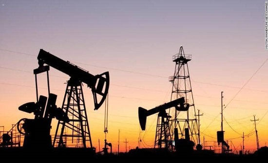 النفط يتراجع بفعل ارتفاع مخزونات الخام