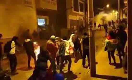 فيديو : الشرطة البوليفية تهرب من وابل حجارة المحتجين