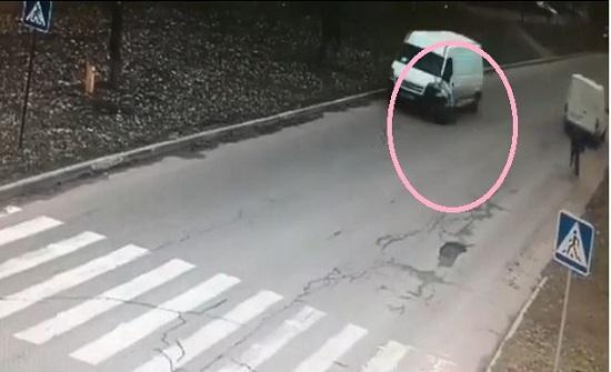 حادث مروع ينهي حياة طفل اجنبي وهو ذاهب للمدرسة ..فيديو
