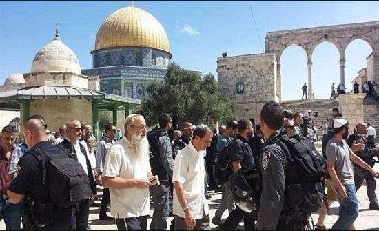 مستوطنون متطرفون يقتحمون باحات الاقصى بحراسة قوات الاحتلال