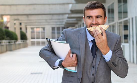 من بينها اعتلال التمثيل الغذائي وتشنج المريء تعرَّف على مخاطر تناول الطعام بسرعة