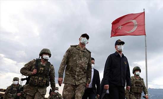 """وزير الدفاع التركي يزور مقر قيادة مخلب """"البرق"""" و""""الصاعقة"""""""