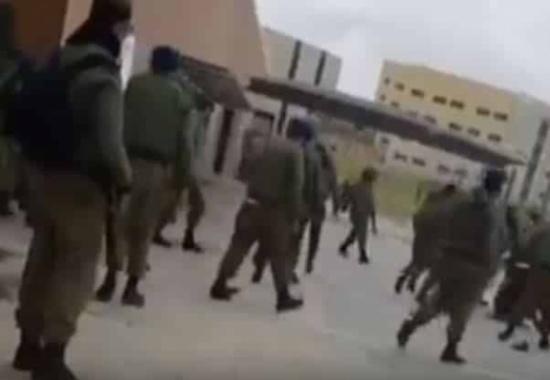 بالفيديو.. شجار عنيف داخل قاعدة إسرائيلية وإصابة 11 جنديًّا
