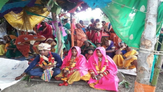 شاب هندي يتزوج من فتاتين في حفل زفاف واحد