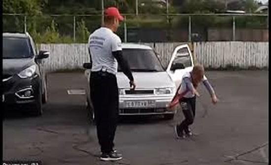 عضلات الطفولة يجسدها صبي عمره 11 سنة بجر سيارة - فيديو