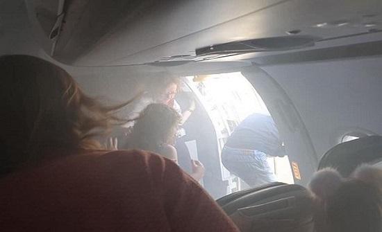 بالفيديو.. امرأة كادت أن تسبب كارثة بطائرة للاستمتاع بنسمة هواء
