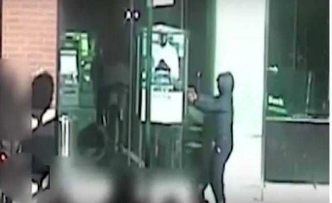بالفيديو.. امرأة تطلق النار على مراهق في شارع عام في نيورك