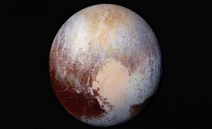 بقع حمراء غامضة تغطي بلوتو تثير حيرة العلماء